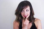 Kobieta malująca usta